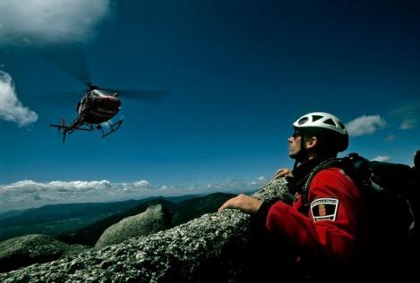 Helicoptero AS 356 Ecureuil de los Bomberos de la C.A.M practicando un rescate en montaña