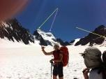 """En el Circo del Glaciar Blanc. Cima del Barre de Ecrins (verde). Cima del Dome de Ecrins, a 4.000 metros (violeta). Refugio de Ecrins, en cota 3.150 mts (amarillo), nuestra """"casa"""""""