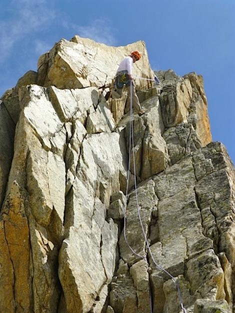Rapelando desde la cima de la Aguja Dibona