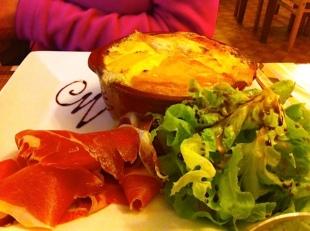 Cena de montañeros: Tartiflet (queso Roblechon, patatas, cebolla, bacon y nata)+vinito Perfecto!
