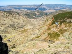 Panorámica desde la cima de la vía. Navalperal de Tormes (negra). Fuente de los Barrerones (azul). Camino hacia La Plataforma (rojo). Hacia la Laguna Grande (amarillo)