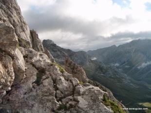 Un tipo de roca para escalar, excelente. Concentración total para ir muy fino de pies y manos y no desprender los trozos descompuestos y rotos